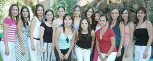 Cyntia Alejandra Facio Lóppez acompañada de sus amigas, quienes estuvieron presentes en su fiesta de despedida.