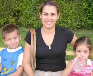Rosy Martínez de Lozano, José Manuel y Jimena Lozano Martínez.