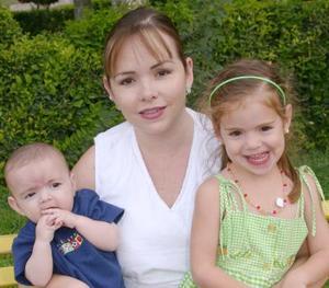 <i><u> 15 de julio </i></u><p>  Susana Dueñez de Díaz Couder con sus hijos Manuel y Marisa.