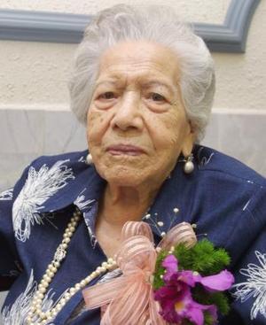 María Álvarez de Villarreal festejo 100 años de vida, con un agradable convivio que le ofrecieron sus hijos y demás familiares.