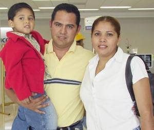 Adolfo Esquivel, Norma Arias y el niño Adolfo Esquivel viajaron con destino a Tampico.