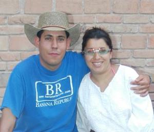 Rolando Orozco Carmona festejó su cumpleaños en días pasados, con una amena reunión que le ofreció su esposa Berenice Valenzuela.
