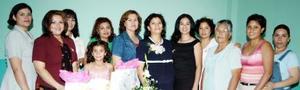 Marcela Hernández de Meléndez, acompañada de algunas asistentes a su fiesta de despedida.