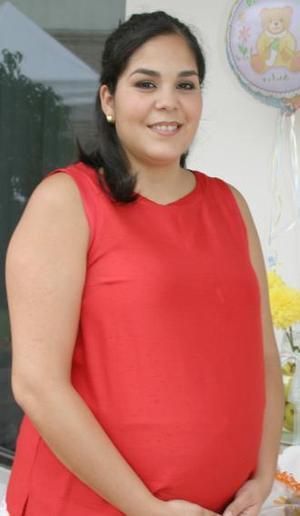 Valeria Garza de Hernández recibió numerosos obsequios, en la fiesta de canastilla que le ofrecieron recientemente.