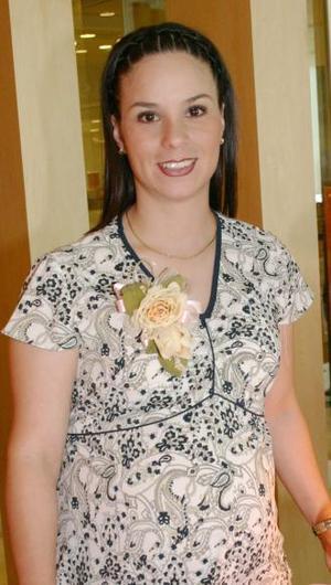 <u><i> 16 de julio </u></i><p>   Valeria Muñoz de García, captada en la fiesta de canastilla que le ofrecieron por el próximo nacimiento de su bebé.