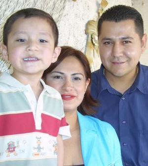 Armando Vázquez Morales, junto a sus papás, el día que festejó su cuarto cumpleaños.