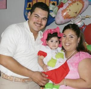 La pequeña Karime Alhleí Preciado Serrano acompañada por sus papás, César Preciado y Karina de Preciado, en la fiesta que le organizaron con motivo de su primer cumpleaños.