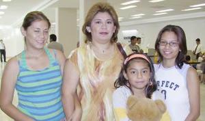 <u><i>16 de julio</i></u><p>  Guadalupe Marín y Ale Samar viajaron a Tijuana, las despidieron Nayeli y Karen Samar.