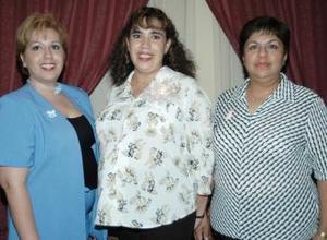 <u><i> 17 de julio </u></i><p>   Virginia Hernández de Rojo con las anfitrionas de su fiesta de canastilla, Aranzazu Hernández de Gallegos y Claudia de Hernández.