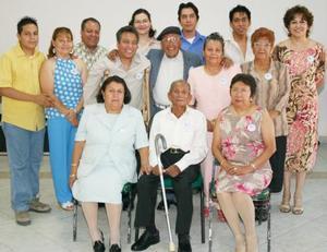 Abundio Hernández Rodríguez acompañado de sus familiares, en el convivio que le ofrecieron por sus 94 años de vida.