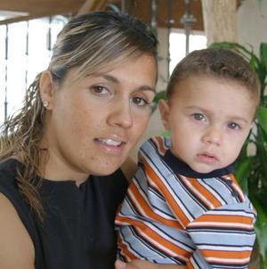 Cristy Medrano Ríos, acompañada de su hijo Raúl Ríos Medrano.