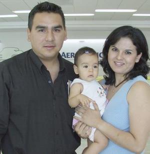 Édgar Zárate viajó al DF, lo despidieron Myrna Rivera y Paola Zárate.