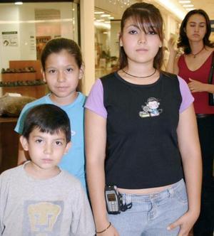 Dora, Adriana y José Alberto Ramírez.