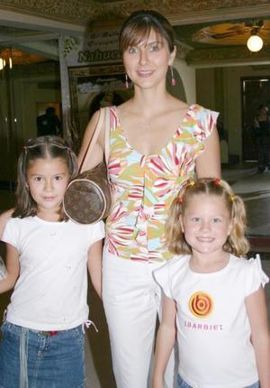 Verónica E. de González, con sus hijas Sofía y Valeria González.