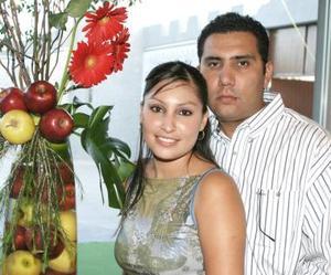 Martha Enriqueta Montoya Campos y Héctor Manuel Alvarado Beltrán, en una despedida de solteros.