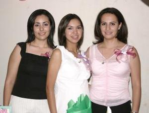 Cinthia Guerrero Villanueva acompañada por Sara Aguillón y Priscila Salgado, en la fiesta de regalos que le organizaron en días pasados.