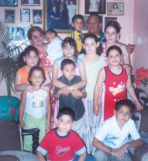 <i><u> 18 de julio</i></u><p>  José Luis Rivera Cháirez y Graciela Lara de Rivera acompañados de sus nietos, en pasado acontecimiento familiar.
