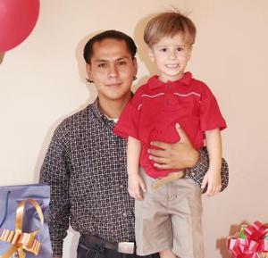 Alek Robles Cuca junto a su papá Jorge Robles, el día que cumplió cuatro años de edad.