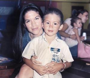 Diego Haro Robles junto a su mamá, Karla Robles Ramírez.