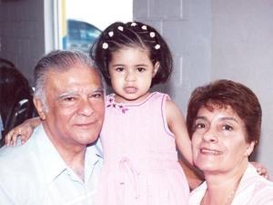 <i><u> 18 de julio </i></u><p>  Ana Sofía Verdeja Mendoza con sus abuelitos, los señores Carlos Mendoza Hernández y Armyda de Mendoza, el día que festejó su tercer cumpleaños.