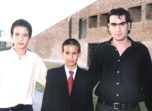 César Gerardo del Moral Torres, acompañado de sus hermanos Jesús Armando y Luis Alfredo del Moral Torres, el día de su graduación.