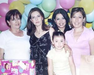 La pequeña Valeria Elizabeth Rodríguez Canales celebró su cuarto cumpleaños, con un divertido cumpleaños, la acompañó Elisa Bolívar de Canales, Elizabeth Patricia y Margarita Canales Bolívar.