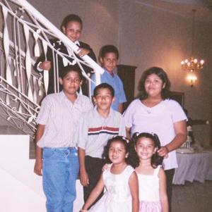 Los primos Oscarín, Pepe, Daniela, Jorge, Sergio, Jesy, Ashley, fueron captados recientemente en un festejo familiar.
