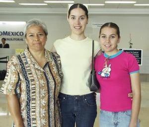 <u><i>18 de julio</i></u><p>  María Guadalupe Flores a viajó Buenos Aires, Argentina por lo que acudieron a despedirla Paula Murillo y Patricia Flores.