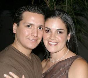 Jorge Espinoza y Cecilia Ortiz Saborit, captados en su última despedida de solteros.