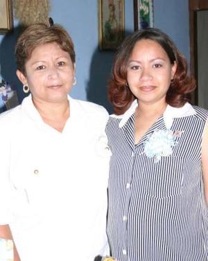 Martha Lizeth Jiménez de Santa Ana acompañada por su mamá Mertha Domínguez de Jiménez, organizadora de su fiesta de regalos.