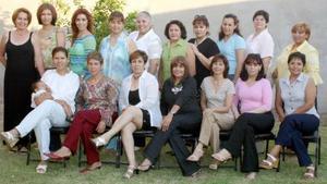Imelda Espino Carrillo, acompañada de algunas de las asistentes a su despedida de soltera.