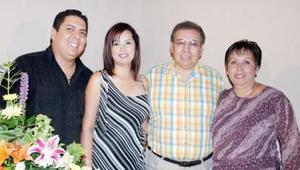 Javier A. Guzmán Meléndez y Sandra Ramírez Tovar disfrutaron de una despedida de solteros en días pasados, ofrecida por Luis Ramírez y Linda Tovar de Ramírez.
