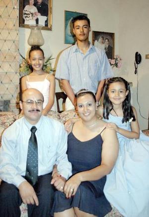 <i><u> 19 de julio</i></u><p>   Victorio Veloz Flores y María Concepción Romero de Veloz celebraron en días pasados su quince aniversario de matrimonio.