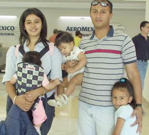 Arturo y Elena Gallardo viajaron a El Salvador en compañía de sus hijas Mariana y Daniela.