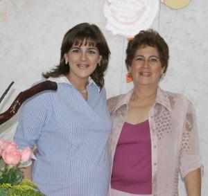 Evy Frías de Case, en compañía de Eva Meraz de Frías en la fiesta de regalos que le ofreció, por el cercano nacimiento de su bebé.