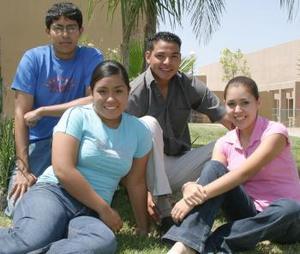 Mirna Gómez, Kelly Sáenz, Abraham y José Luis Vega, participantes en el curso Verano Enano.