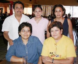 <i><u> 20 de julio</i></u><p>  Nora Leticia Limón Chavarría acompañada de Elizabeth Núñez, lupita Reyes, Francisco Javier Zavala y Ángeles González, en pasado festejo social.