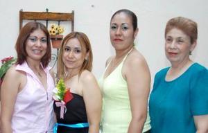 Irma Patricia Valencia de Padilla en compañía de un grupo de amigas, en la fiesta de canastilla que le prepararon por el cercano nacimiento de su bebé.