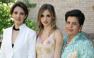 Laura de la Parra Covarrubias junto a su mamá Laura Covarruvias de De la Parra y su futura suegra Claudia Susana Martínez Martínez.