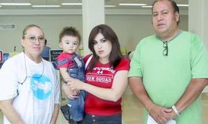 Judith Paredes y el niño Cristian Montelongo, viajaron a San Diego, California, los despidireron Judith Valenzuela y Arturo Paredes.