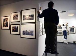 El Instituto Cervantes de Nueva York inaugura la más amplia retrospectiva de la fotografía en España hasta ahora presentada en Estados Unidos, una cuidadosa selección de imágenes que recorren 150 años de historia. Aquí está Alfredo Mateos (Izq.), director cultural del Instituto.