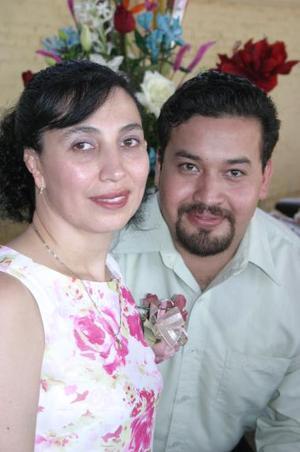 <u><i> 21 de julio </u></i><p>   María de la Paz Hernández y Rogelio Castañeda Escobedo, captados en la despedida de solteros que les ofrecieron por su próxima boda.