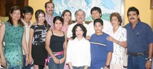 Grupo de asistentes que acudieron a las instalaciones del Icojuve para la ceremonia inaugural de la exposición Cuatro Generaciónes.