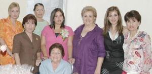 Lourdes de Batarse, Lily de Batarse, Laura de Batarse, Afife de Batarse y Cristy de Batarse, anfitrionas de la fiesta de regalos de Liz Batarse de Tanus.