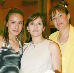 Cristina Padilla de Urbina con las anfitrionas de su fiesta de regalos, Irma Bocanegra de Padilla.