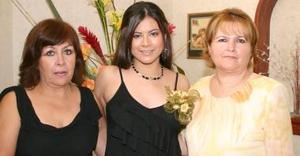Beatriz Vargas Jiménez junto a Sonia Jiménez de Vargas y Ángeles González de Martínez, anfitrionas de su despedida.