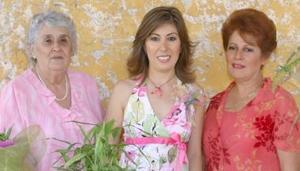 La festejada junto a Irma S. de Durán y María Elena C. de Rodríguez.
