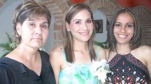 Karina González Villa recibió numerosas felicictaciones, en la despedida de soltera que le ofrecieron Concepción Villa de González y Yazmín González Villa.