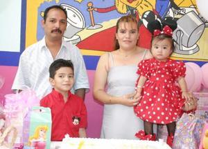 Estefanía Rodríguez García acompañada de sus papás, Ramón Rodríguez y Dalia García y de su hermano Brandon, en su fiesta de cumpleaños..