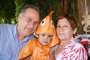 Alan Alberto Limas Cassio acompañado de sus abuelitos, Carlos Cassio y Conchita Corpus de Cassio, en su fiesta.